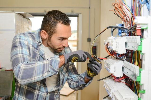 Signs to Hire Electrician Near Me